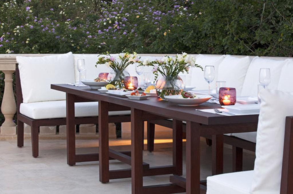 Ein romantisches Dinner kann man auf der Insel vielerorts haben. © Anassa Hotel