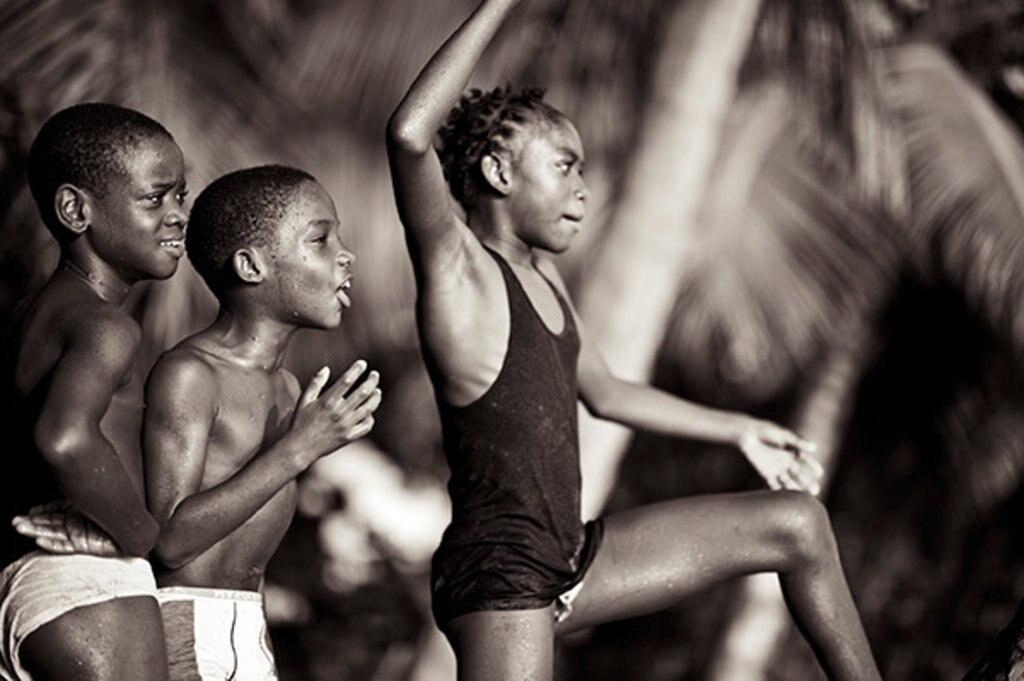 Spielende Kinder am Strand von Dominica © Lovis Ostenrik, Leben in der Karibik