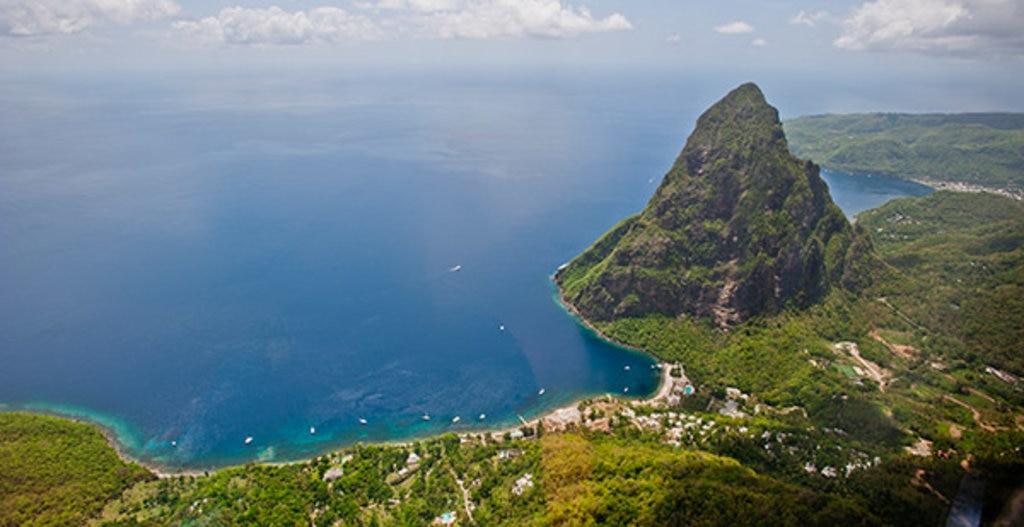 St. Lucia aus dem Flugzeug © Lovis Ostenrik, Leben in der Karibik