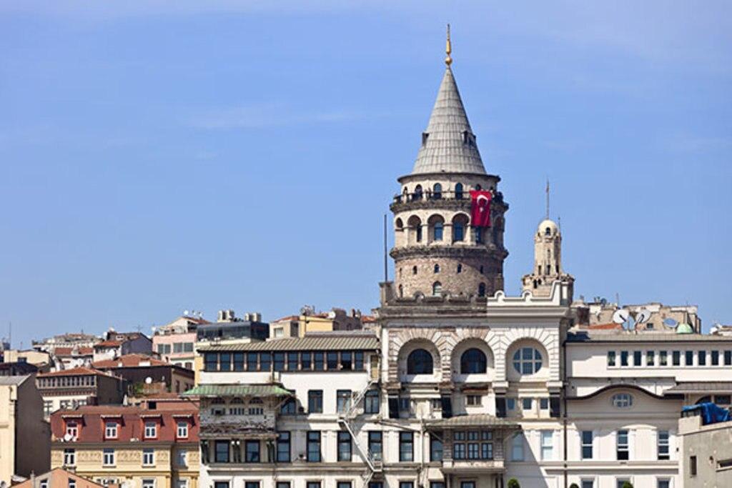 <figcaption>Der Galata Turm gilt als Symbol Istanbuls</figcaption>