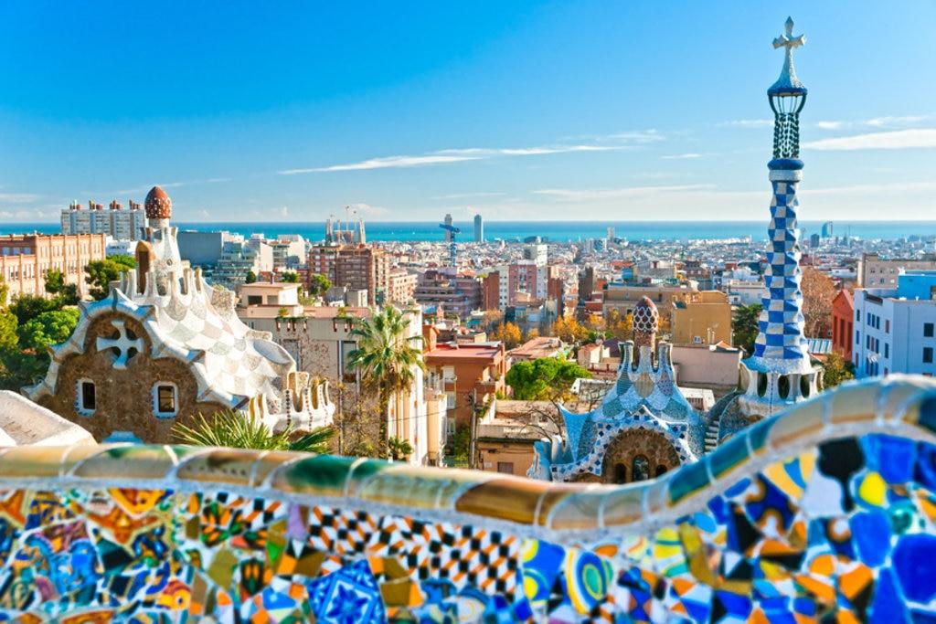 <figcaption>Dank Barcelonas Schönheit können die Spanier das Leben trotz Schwierigkeiten genießen</figcaption>
