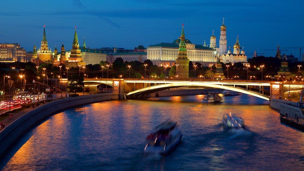 Kremlin de Moscú que incluye un río o arroyo, una ciudad y escenas nocturnas