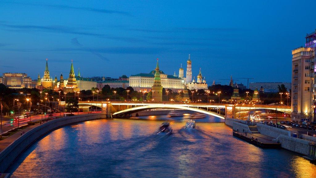Kremlin ofreciendo un río o arroyo, un puente y escenas nocturnas