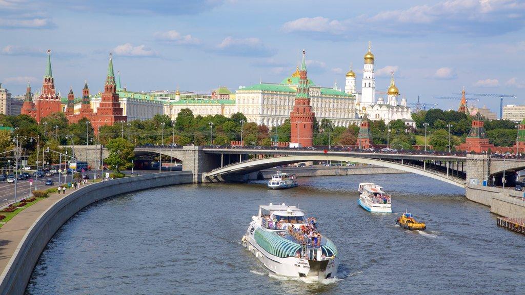Kremlin de Moscú ofreciendo un puente, un río o arroyo y una ciudad