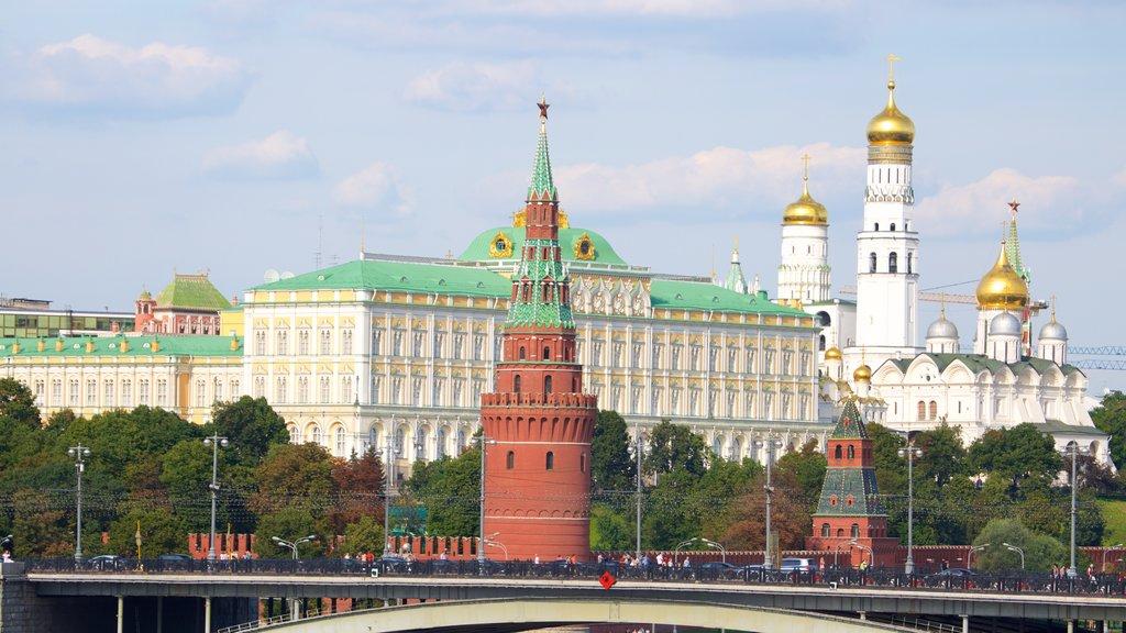 Kremlin que incluye patrimonio de arquitectura, un puente y una ciudad