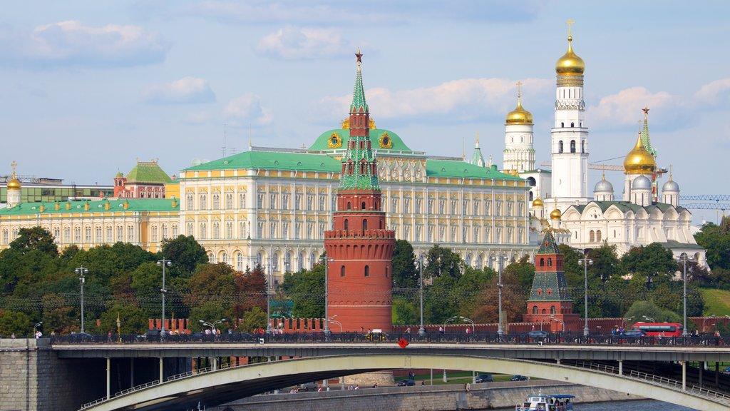 Kremlin de Moscú que incluye una ciudad y un puente