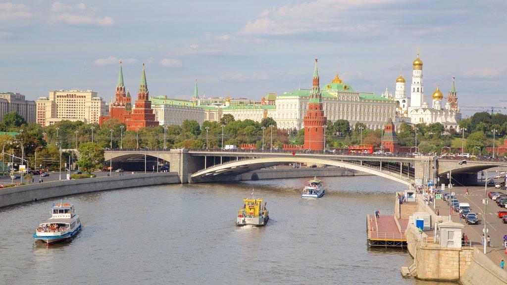 Kremlin mostrando un puente, un río o arroyo y una ciudad