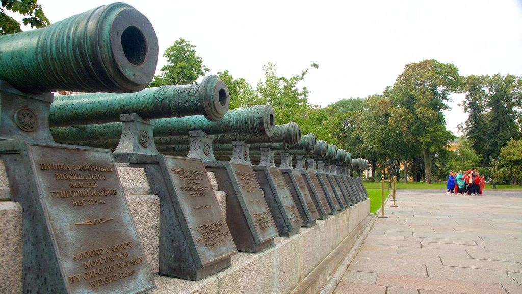 Kremlin de Moscú que incluye un parque y artículos militares