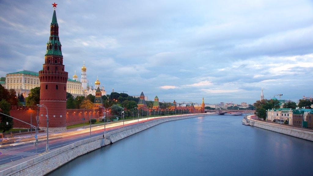 Kremlin de Moscú mostrando un río o arroyo y patrimonio de arquitectura