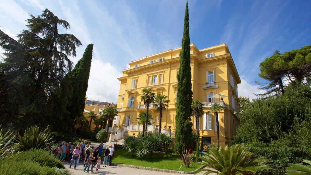 Opatija ofreciendo patrimonio de arquitectura y un parque
