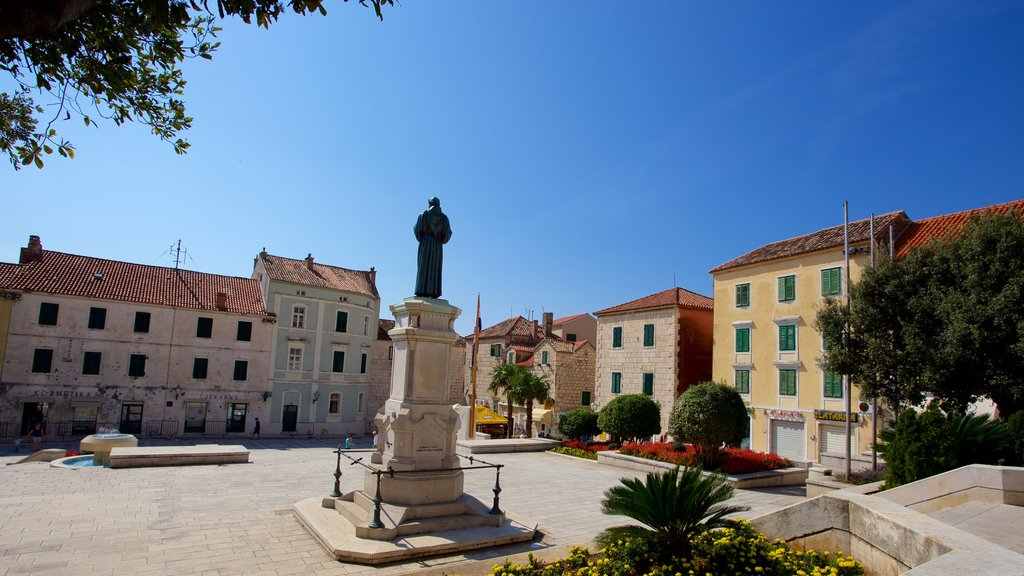 Makarska featuring a square or plaza and a statue or sculpture