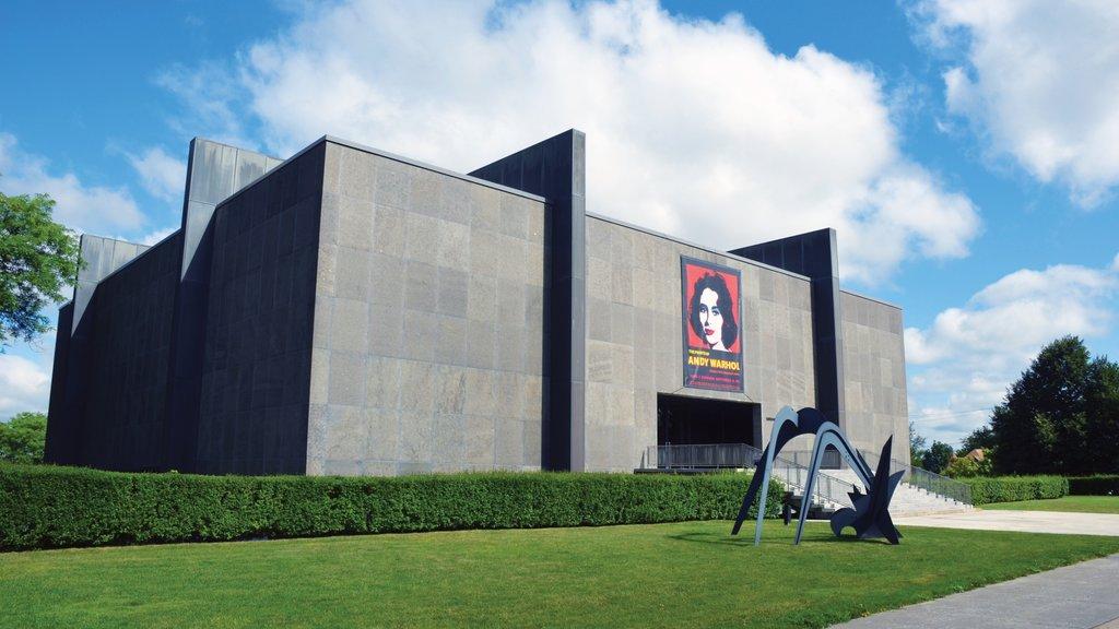 Utica que incluye arte al aire libre y arquitectura moderna