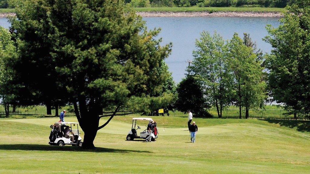 Utica que incluye golf y también un pequeño grupo de personas