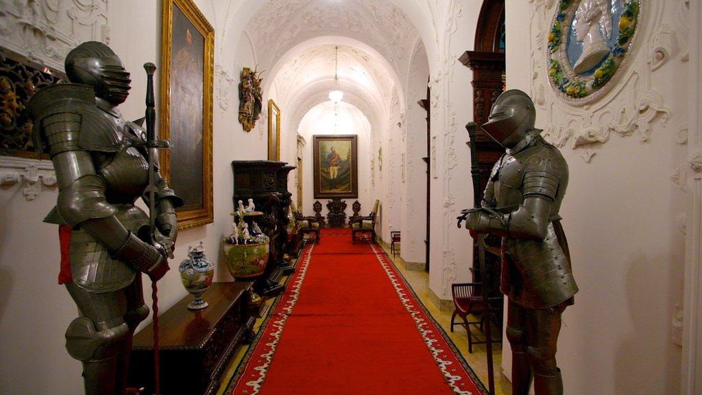 Castillo de Peles que incluye vistas interiores, un castillo y artículos militares