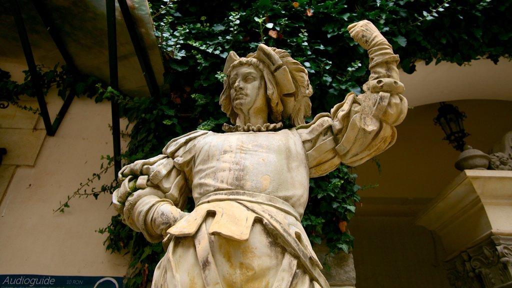Castillo de Peles ofreciendo una estatua o escultura