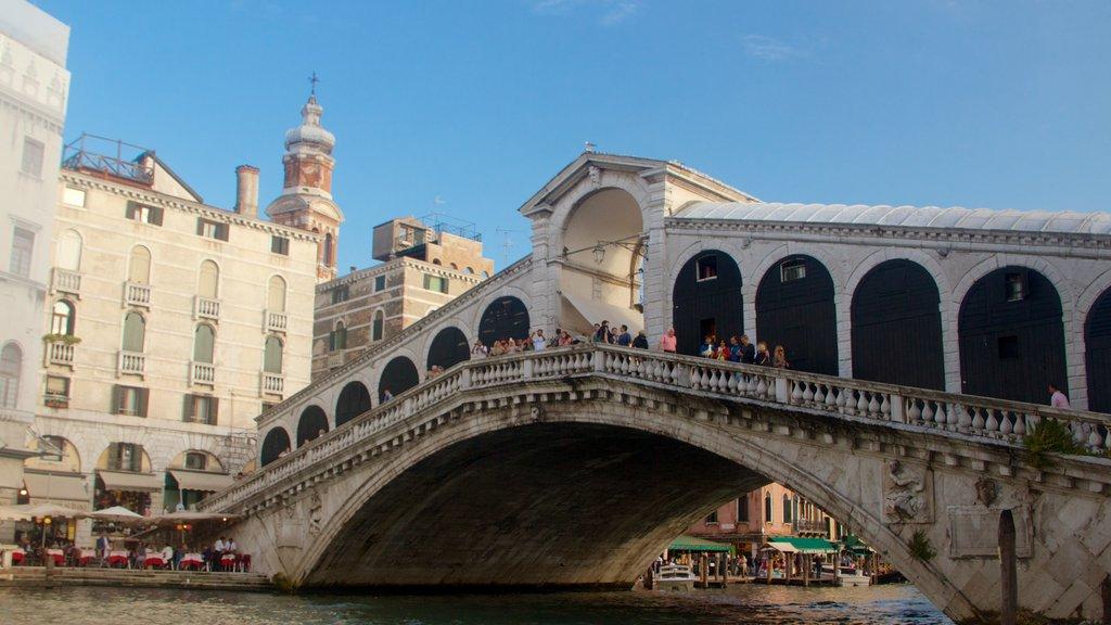 Venecia mostrando un río o arroyo y un puente