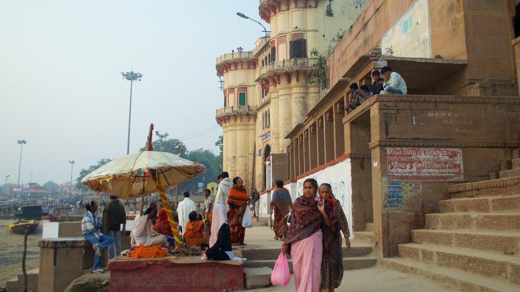 Tulsi Ghat showing street scenes