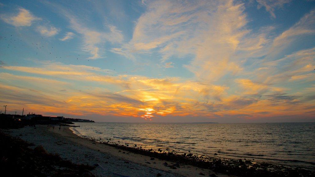 Montauk mostrando una playa de guijarros y una puesta de sol