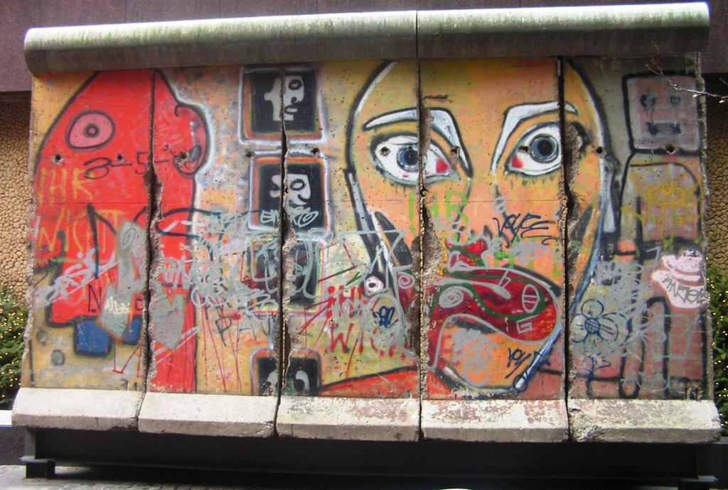 Berlin Wall piece New York Gaurav 1146 CCBYSA 4.0.jpg