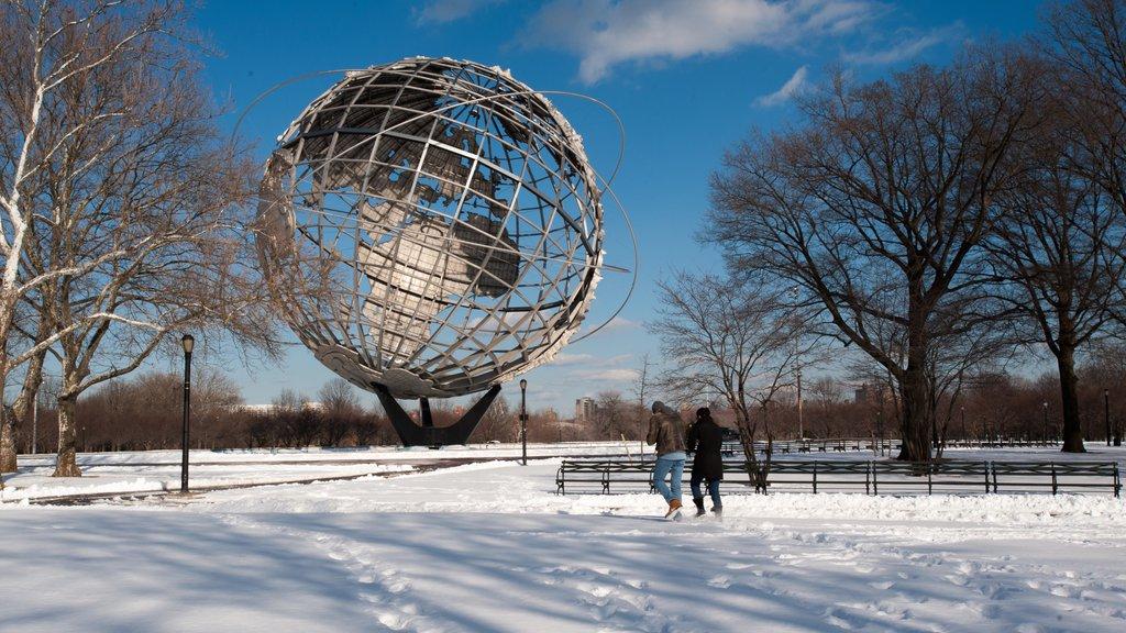 Corona que incluye una estatua o escultura y nieve y también una pareja