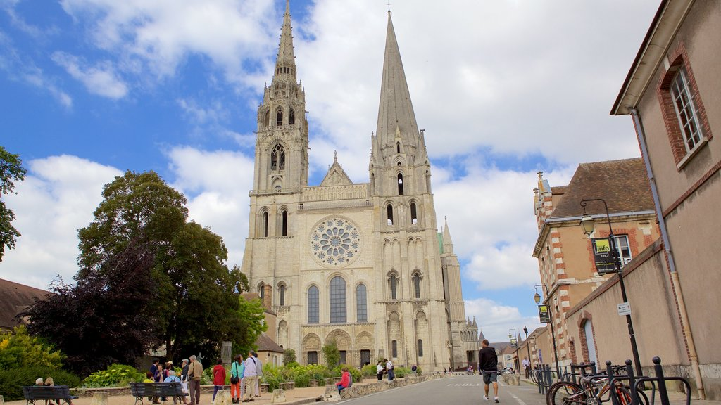 Chartres featuring heritage elements, street scenes and a church or cathedral