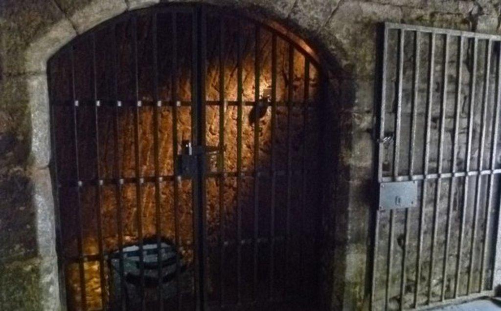 Porte de prison du chateau d'Edimbourg.jpg