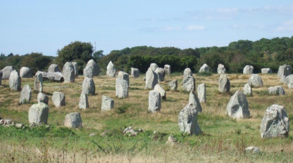Menhirs Carnac Bretagne.jpg