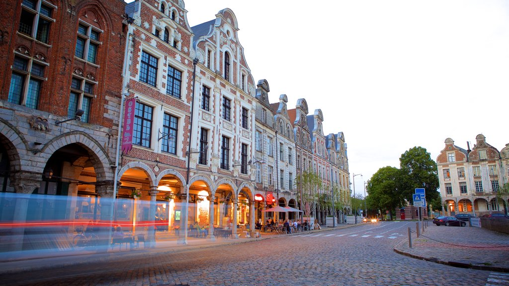 Grand Place showing cafe scenes, street scenes and dining out