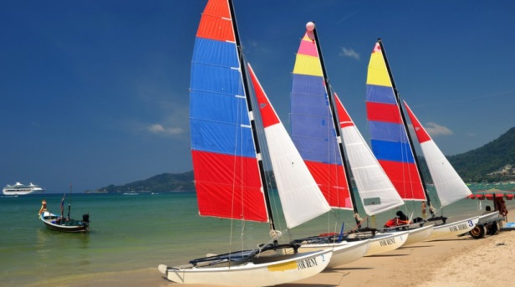 Catamarans sur une plage de Phuket.jpg