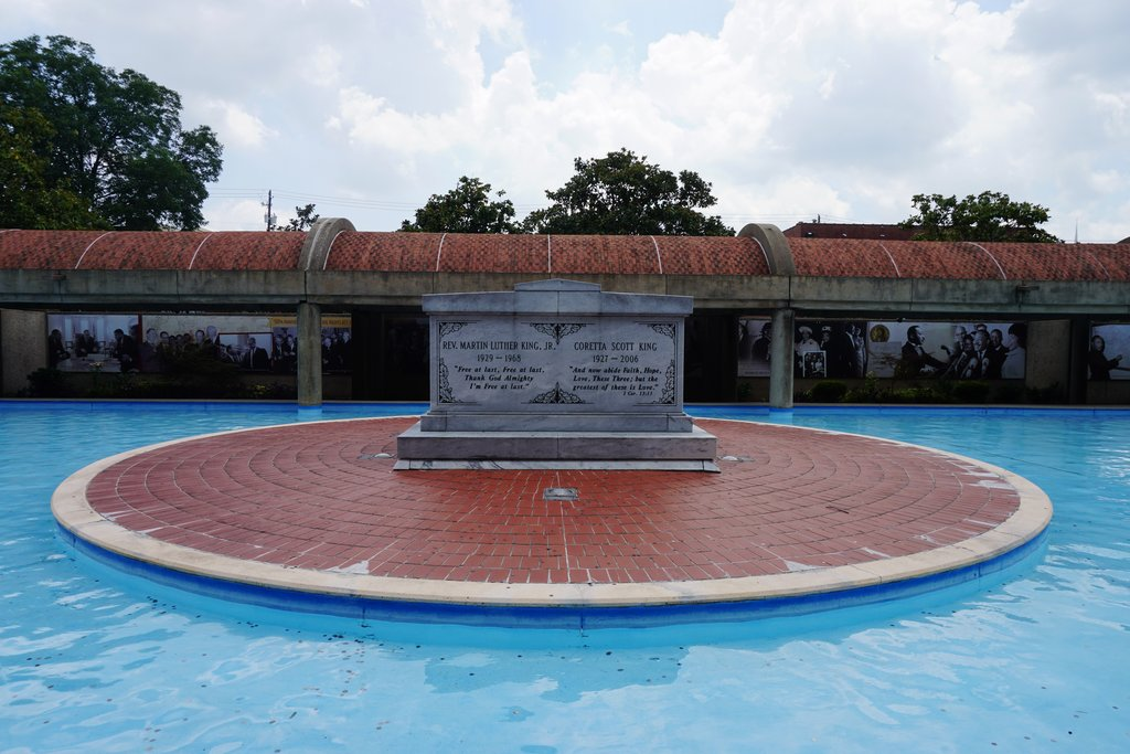 Martin_Luther_King_Jr._National_Historic_Site_August_2016_24_(The_King_Center_-_Dr._and_Mrs._King's_Tomb).jpg