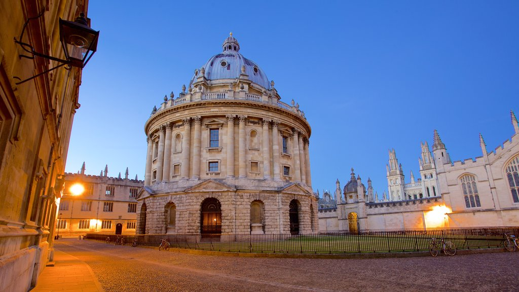 Radcliffe Camera which includes a square or plaza and heritage elements