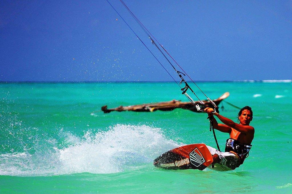 Zanzibar kitesurf Gianfranco Gori CC BY-SA 3.0.jpg