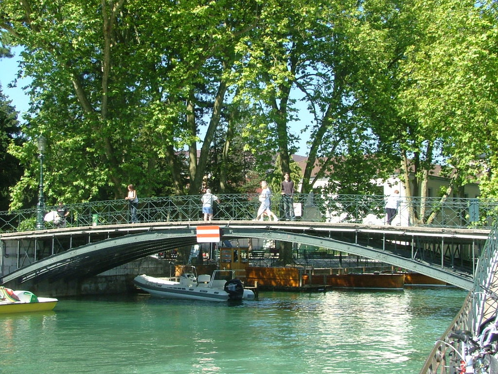 Annecy pont des amours Dingy CC BY SA 3.0.jpg