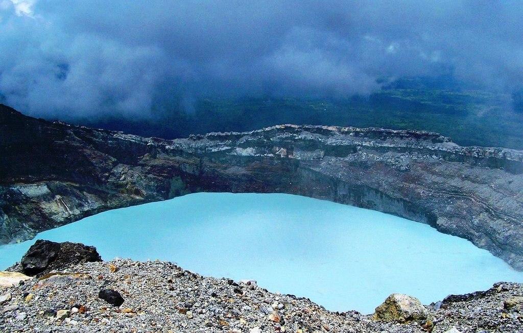 Cráter_del_volcán_Rincón_de_la_Vieja Wilma Compton CC BY 2.0.jpg