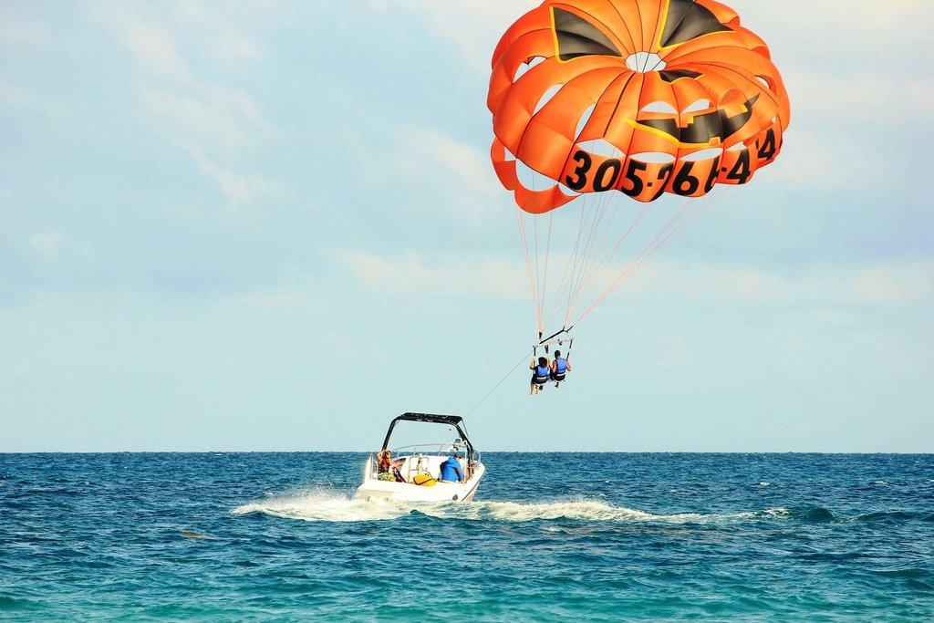 parasailing-347350_1920.jpg