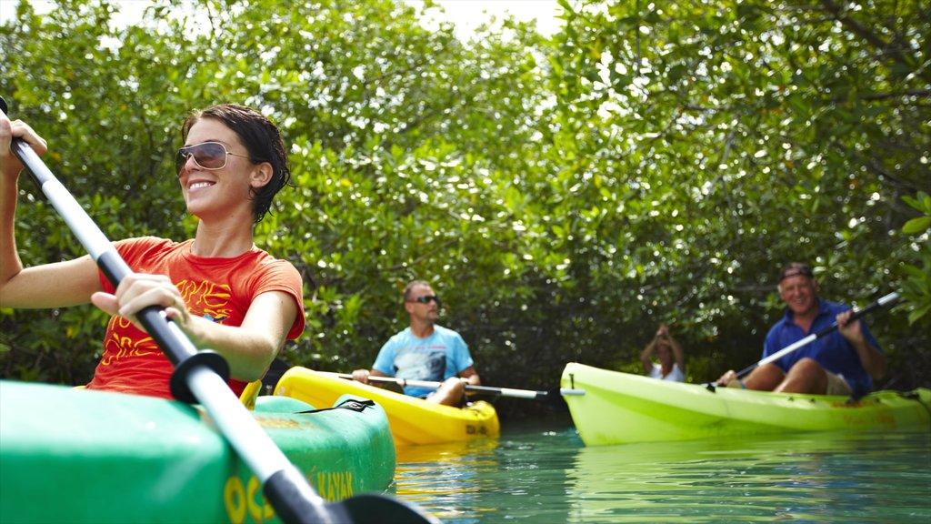 Bonaire mostrando kayak o canoa y también un pequeño grupo de personas