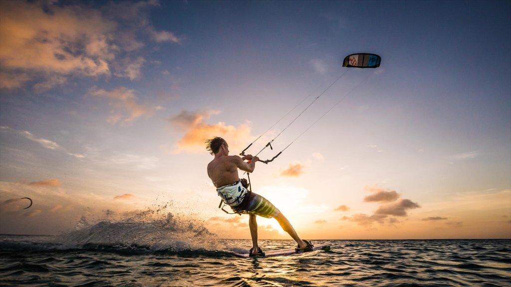 Bonaire ofreciendo vistas generales de la costa, una puesta de sol y kite surfing
