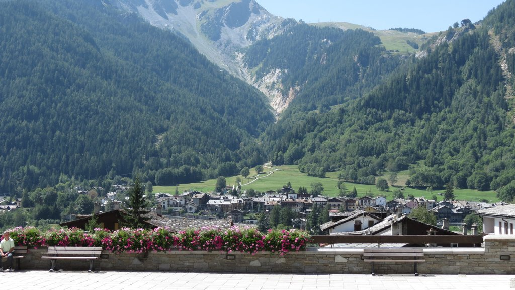 Courmayeur featuring a small town or village and mountains