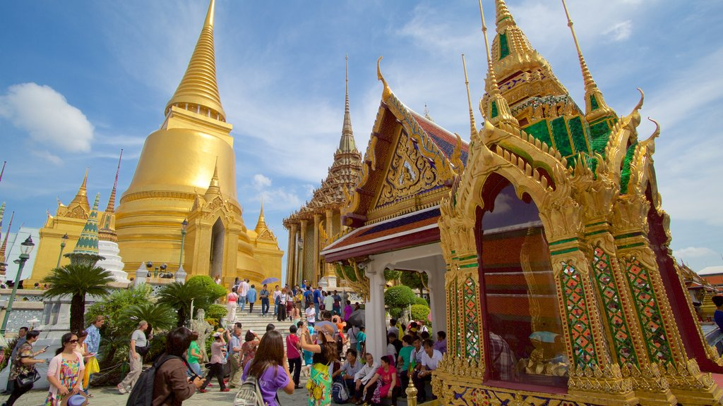 Temple of the Emerald Buddha which includes a temple or place of worship and religious aspects as well as a large group of people