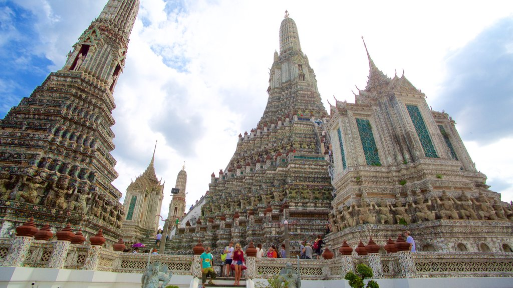 Wat Arun featuring a temple or place of worship