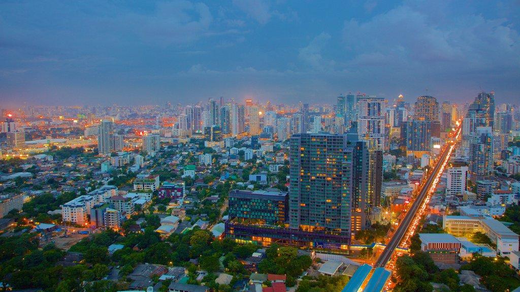 Sukhumvit que incluye distrito financiero central, vistas de paisajes y escenas nocturnas