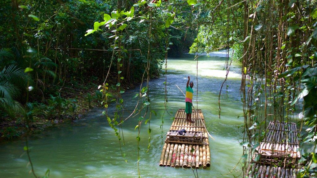 Bahía Montego que incluye un río o arroyo y deportes acuáticos y también un hombre