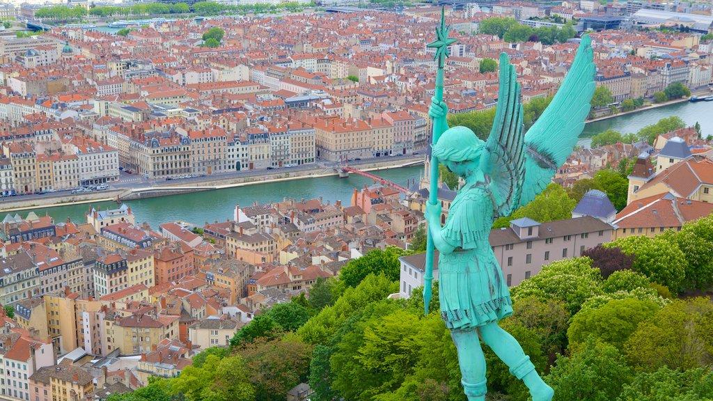 Francia mostrando una ciudad, vistas de paisajes y una estatua o escultura