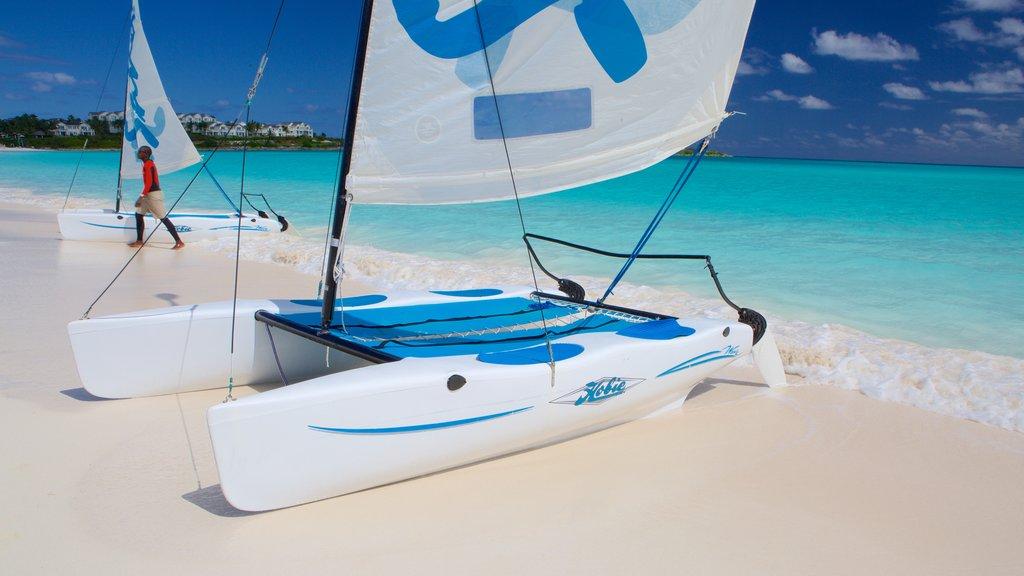 Bahía Esmeralda ofreciendo navegación y una playa de arena
