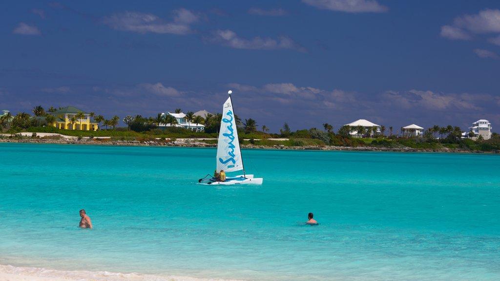 Bahía Esmeralda ofreciendo vistas generales de la costa y navegación y también un pequeño grupo de personas