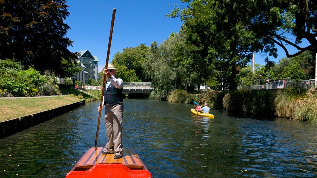 Punting on the Avon mostrando una góndola y un río o arroyo y también un hombre