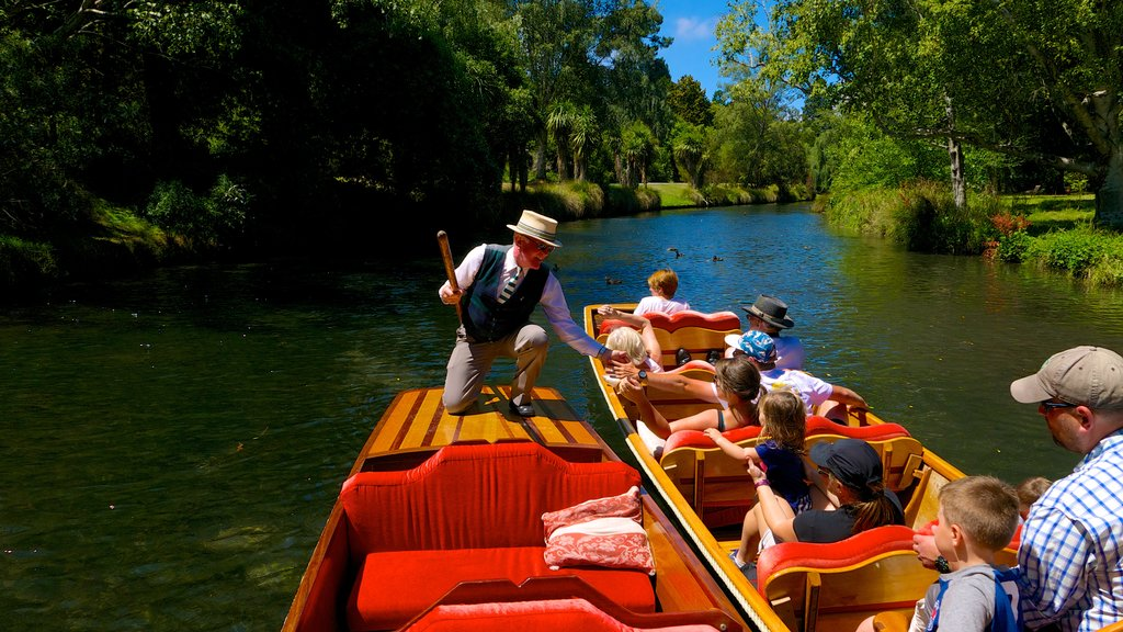 Punting on the Avon ofreciendo una góndola y un río o arroyo y también un gran grupo de personas