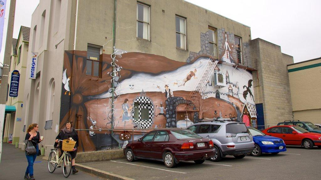 Dunedin ofreciendo arte al aire libre y también un pequeño grupo de personas