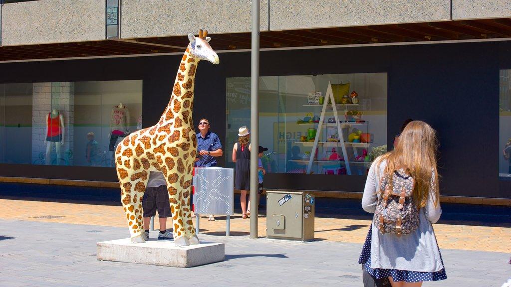 Centro comercial Restart ofreciendo arte al aire libre y también un pequeño grupo de personas