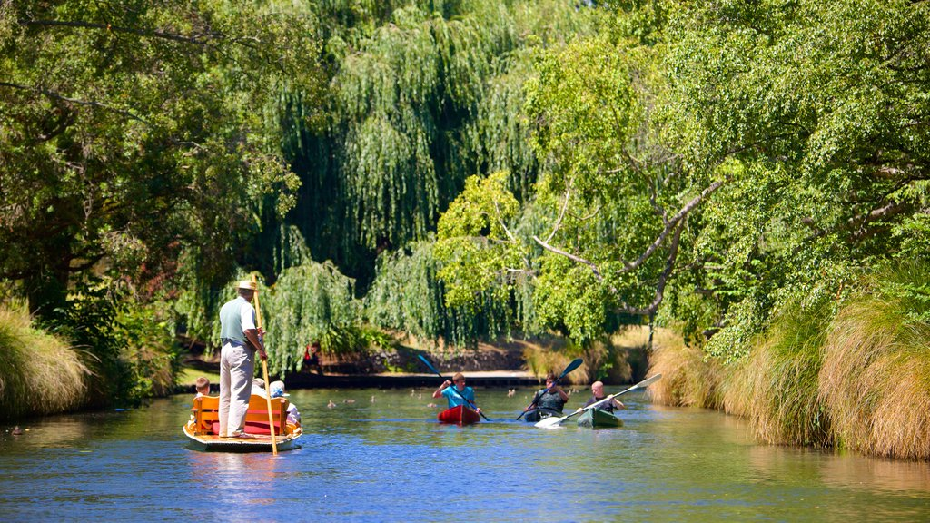 Punting on the Avon mostrando un río o arroyo y kayak o canoa y también un gran grupo de personas